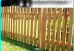 Trä staketet med sina händer: på byggledning